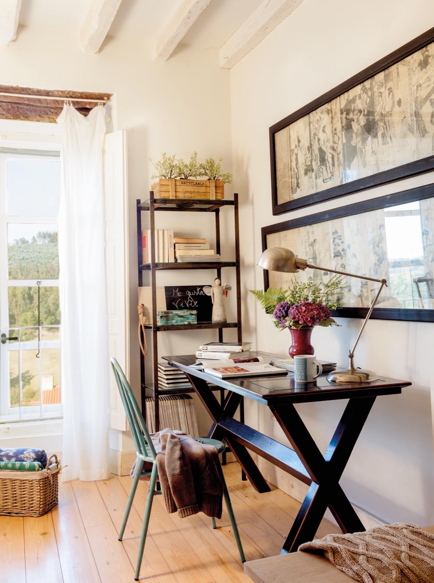 escritorio de madera oscura en una casa rustica