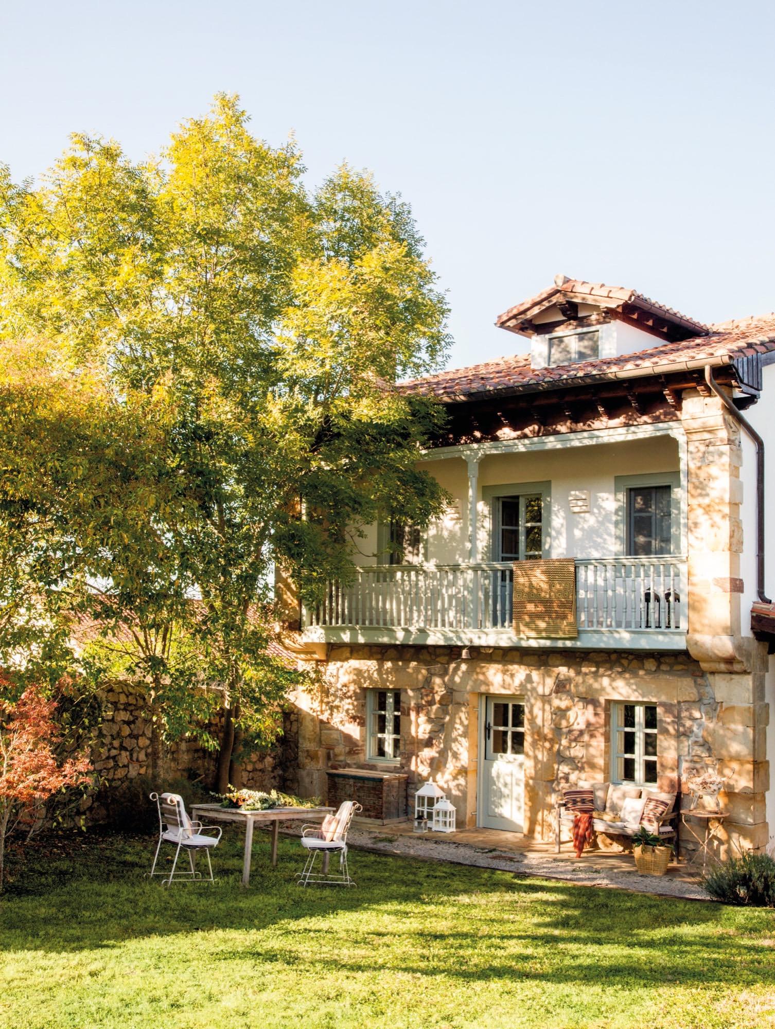 Una casa rustica en cantabria sencilla y muy acogedora for Jardines de casas rusticas