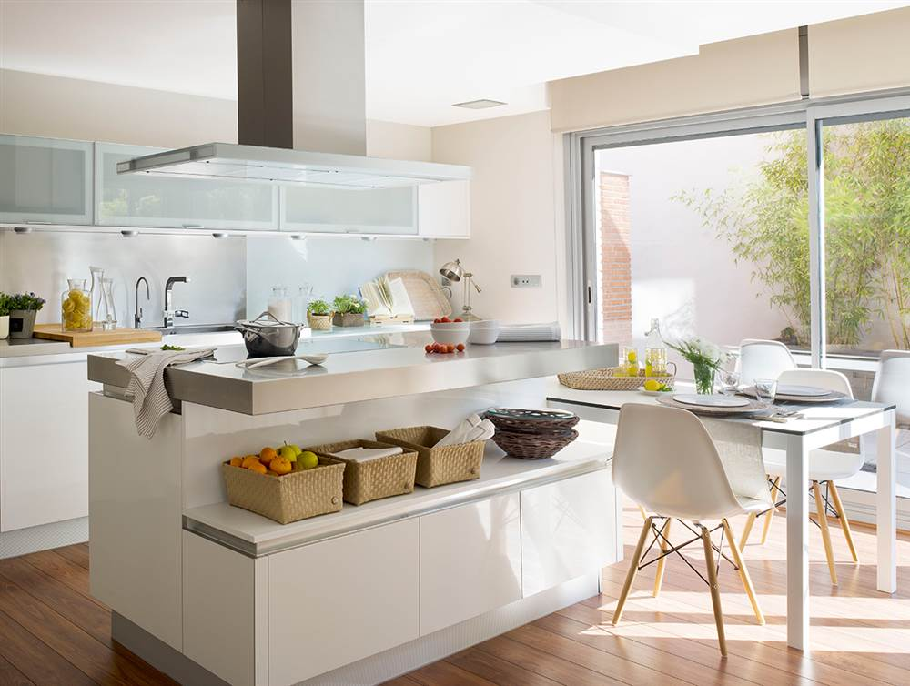 C mo crear un office en tu cocina tengas el espacio que - Cocinas pequenas con mesa ...