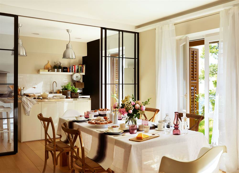 C mo crear un office en tu cocina tengas el espacio que for Muebles de cocina con puertas de cristal