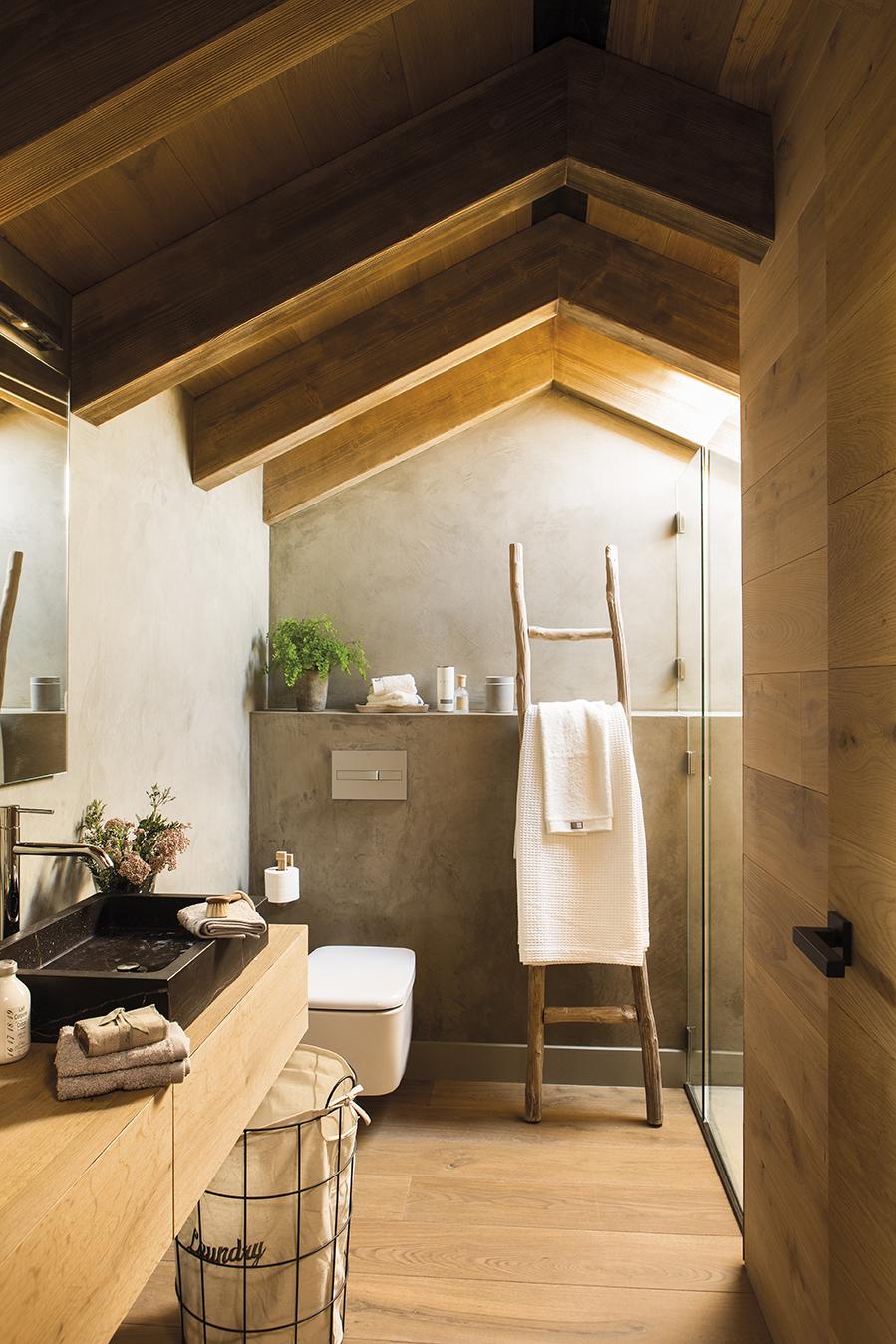 Baño Con Techo Abuhardillado, Madera Y Escalera A Modo De Toallero_444983.  Escalera Hacia El