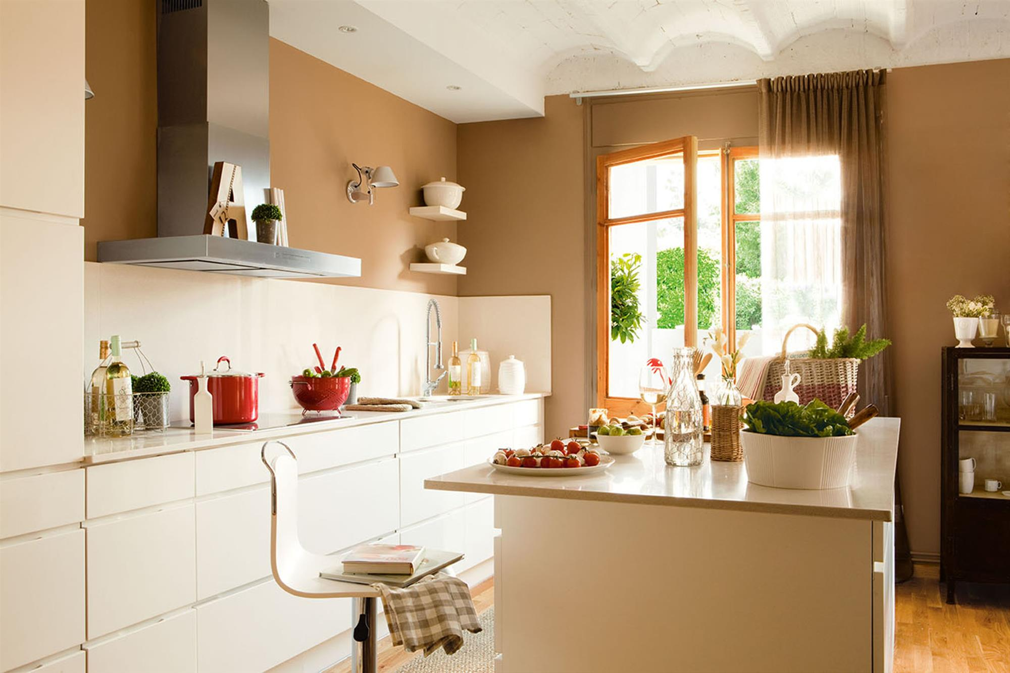 Красивая бежевая кухня фото в испании