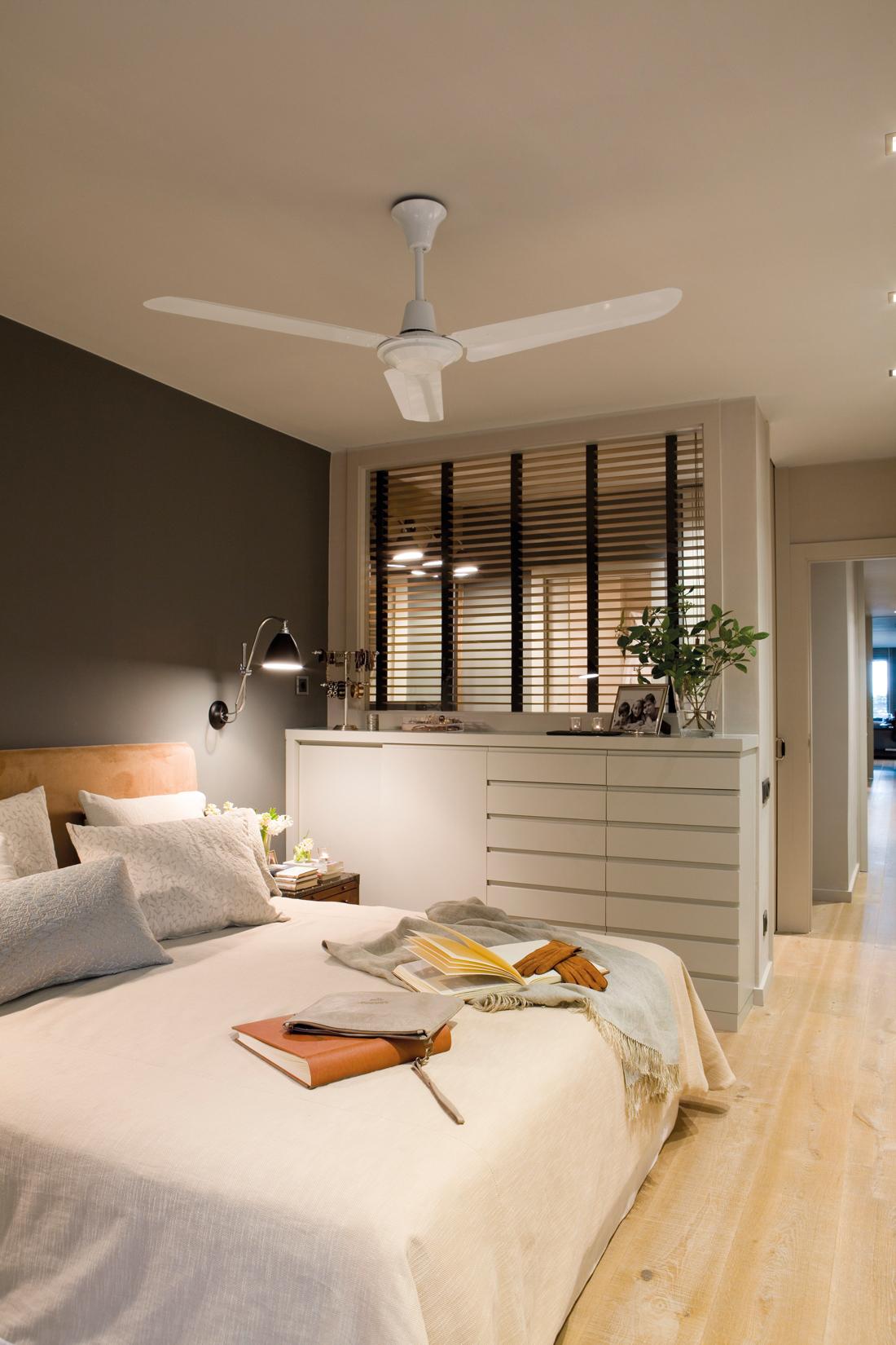 00357897. Dormitorio principal con pared en gris oscuro, pared acristalada a baño, cajonera y ventilador 00357897