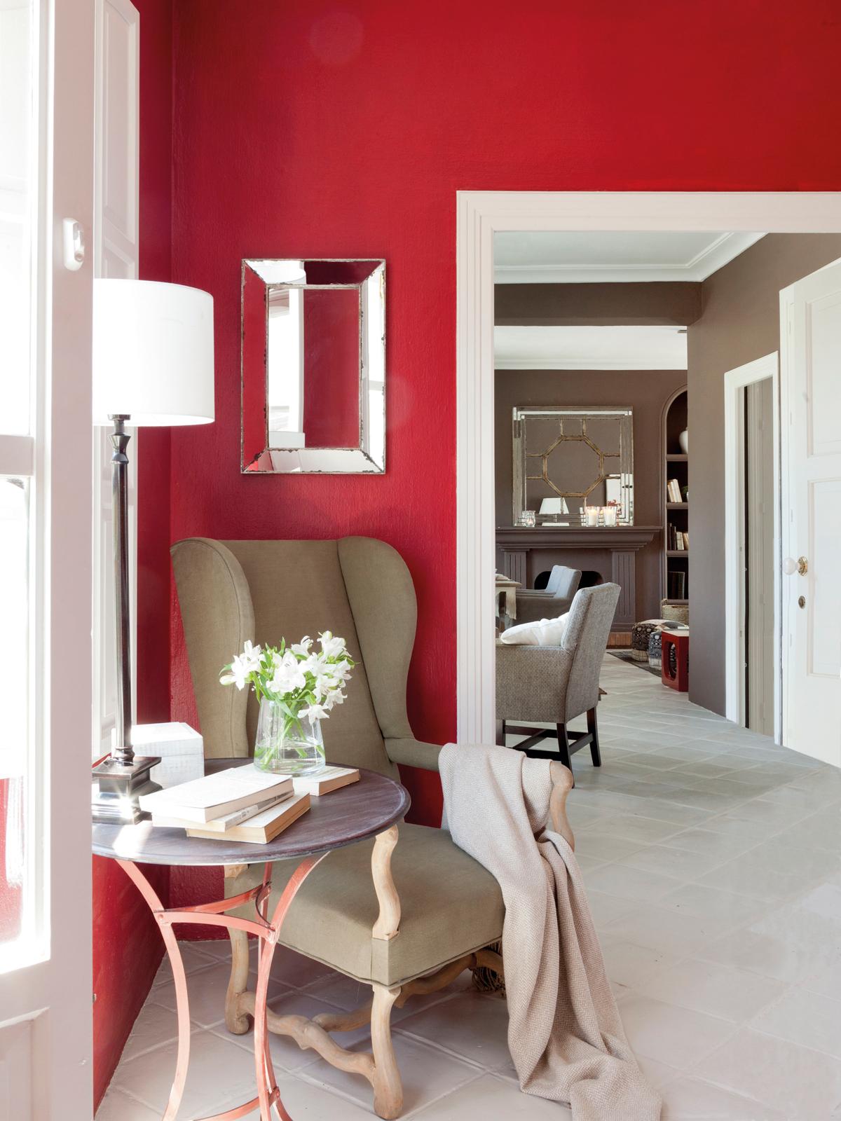 00364481. Rincón pintado de rojo con butaca en color tostado, velador y lámpara de pie blanca 00364481