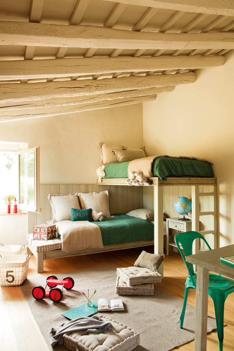 00389951. Habitación infantil con literas y vigas, en color tostado y ropa de cama verde. Silla verde, escritorio y alfombra 00389951