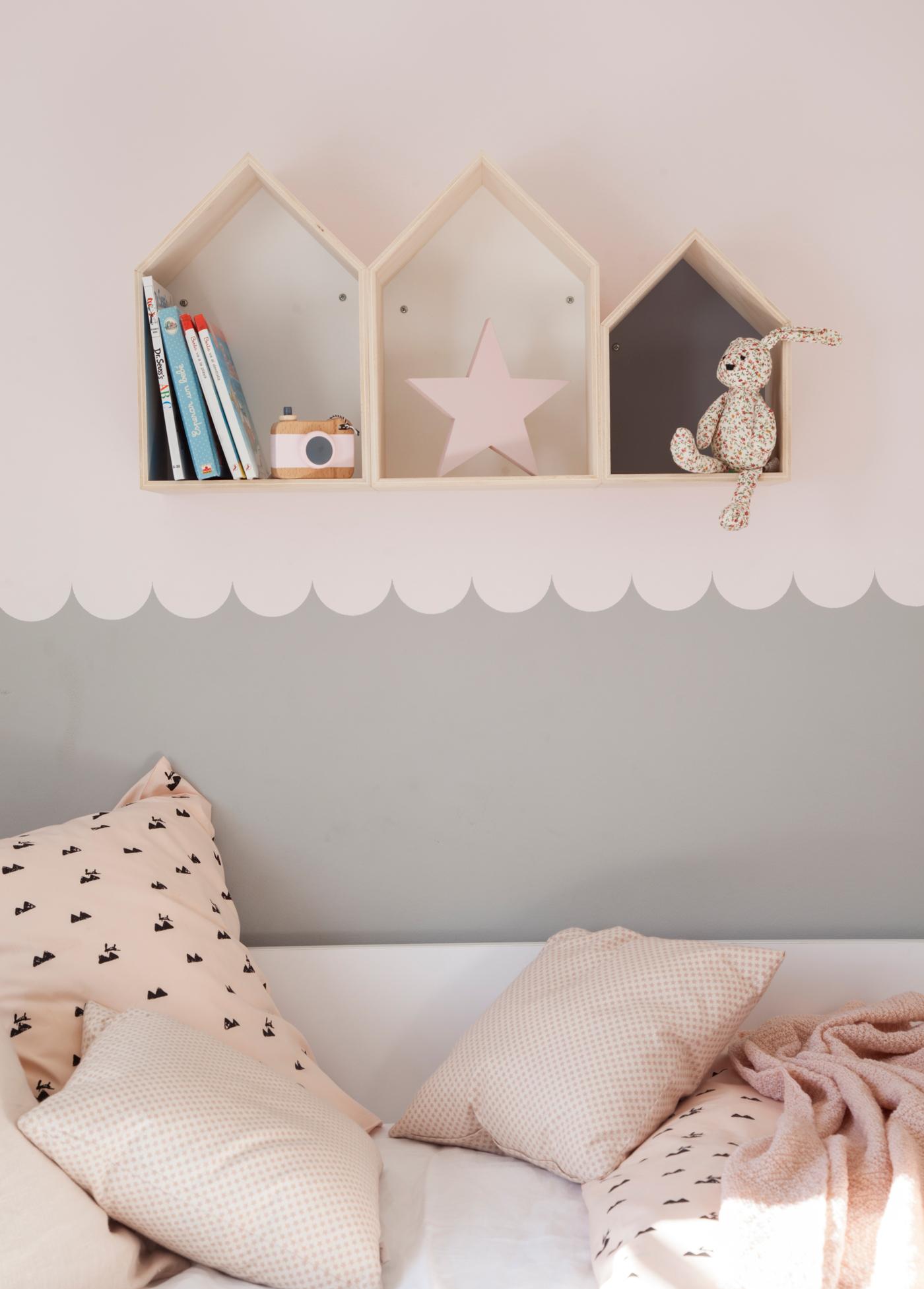 00443165 O. Pared con pintura decorativa en gris claro y rosa, en habitación infantil. Ropa de cama en rosa y negro 00443165 O