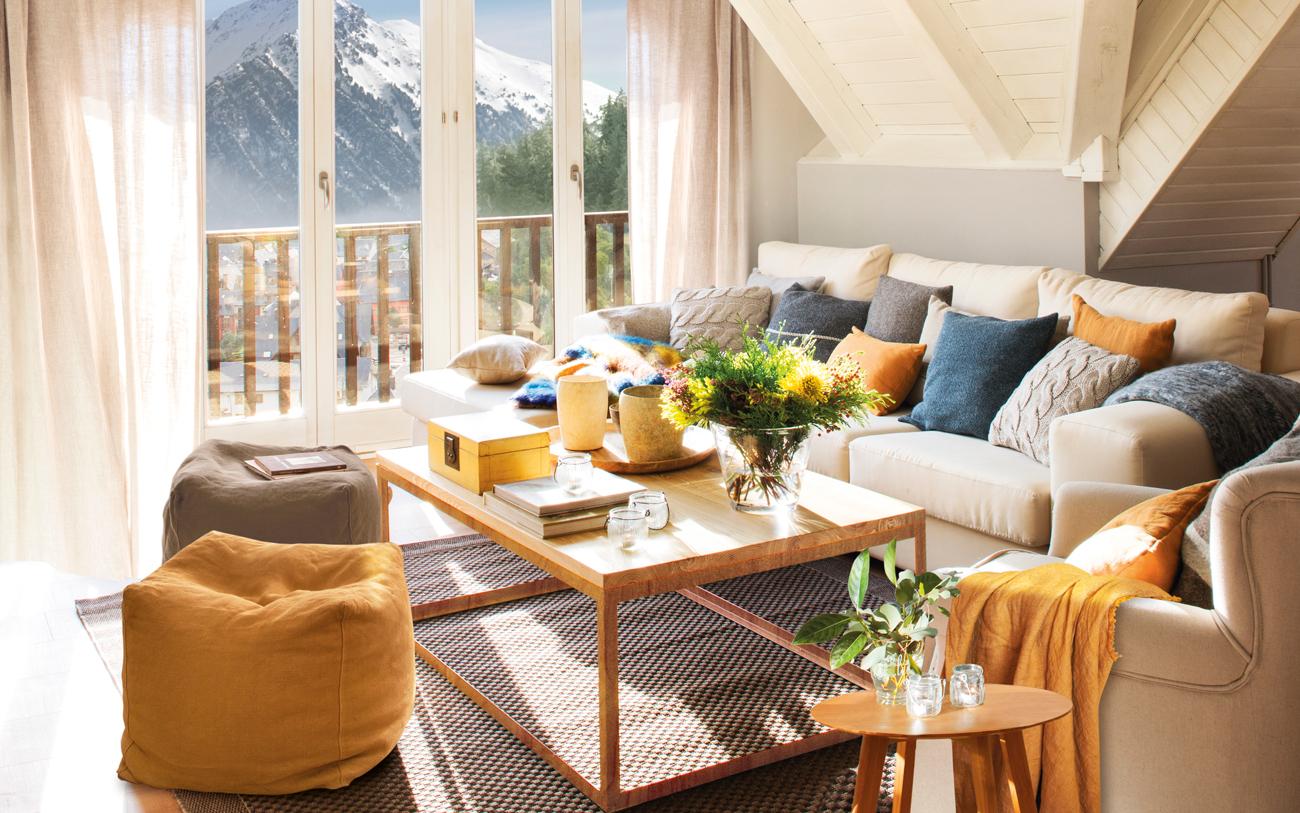 00447253. Salón rústico con sofá con cojines y puf en azules y anaranjados 00447253