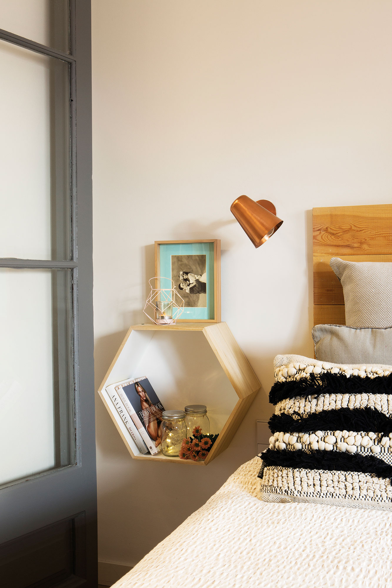Compartir piso 10 ideas low cost para decorar tu dormitorio - Mesilla de noche original ...
