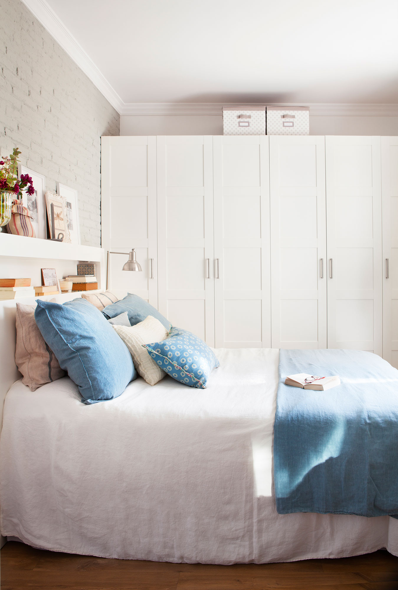 Compartir piso 10 ideas low cost para decorar tu dormitorio - Dormitorio blanco y madera ...