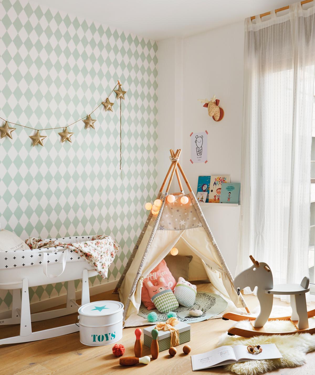 habitacin de beb con papel pintado cuna tipi y juguetes en el