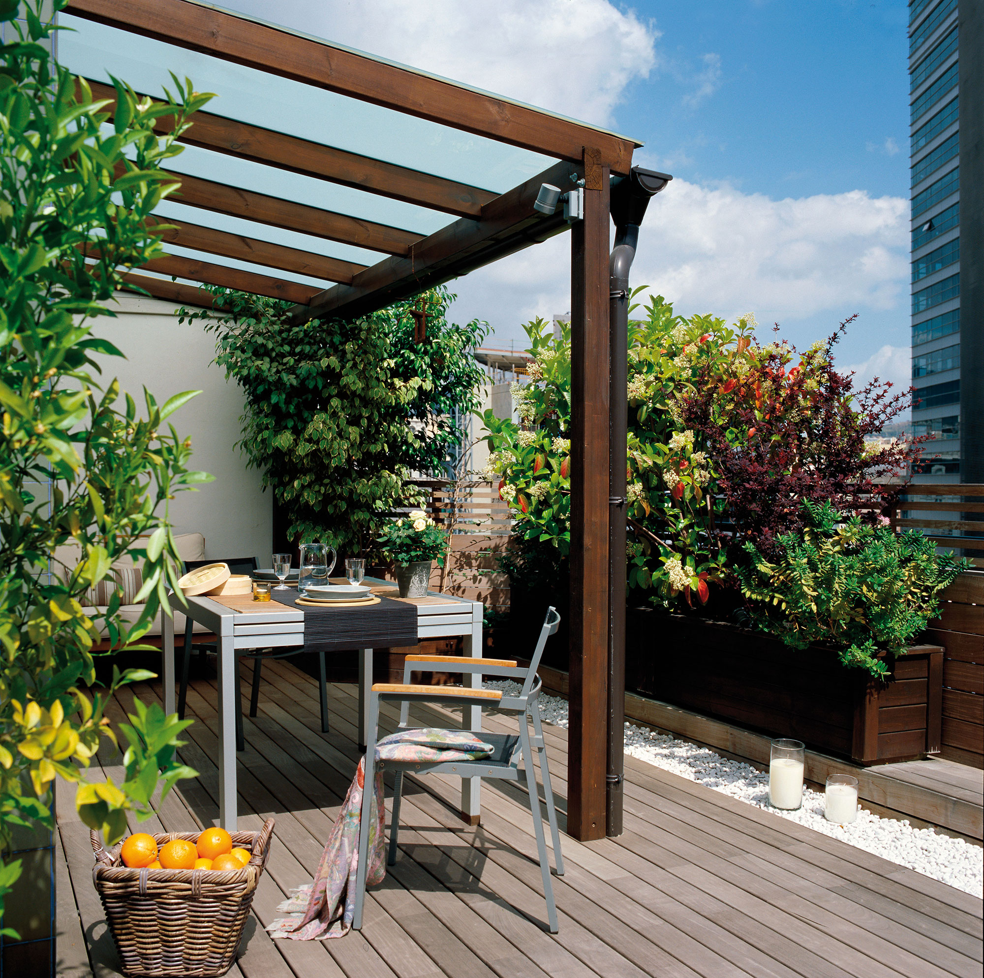 C mo aprovechar la terraza y disfrutarla todo el a o for Muro de separacion terraza