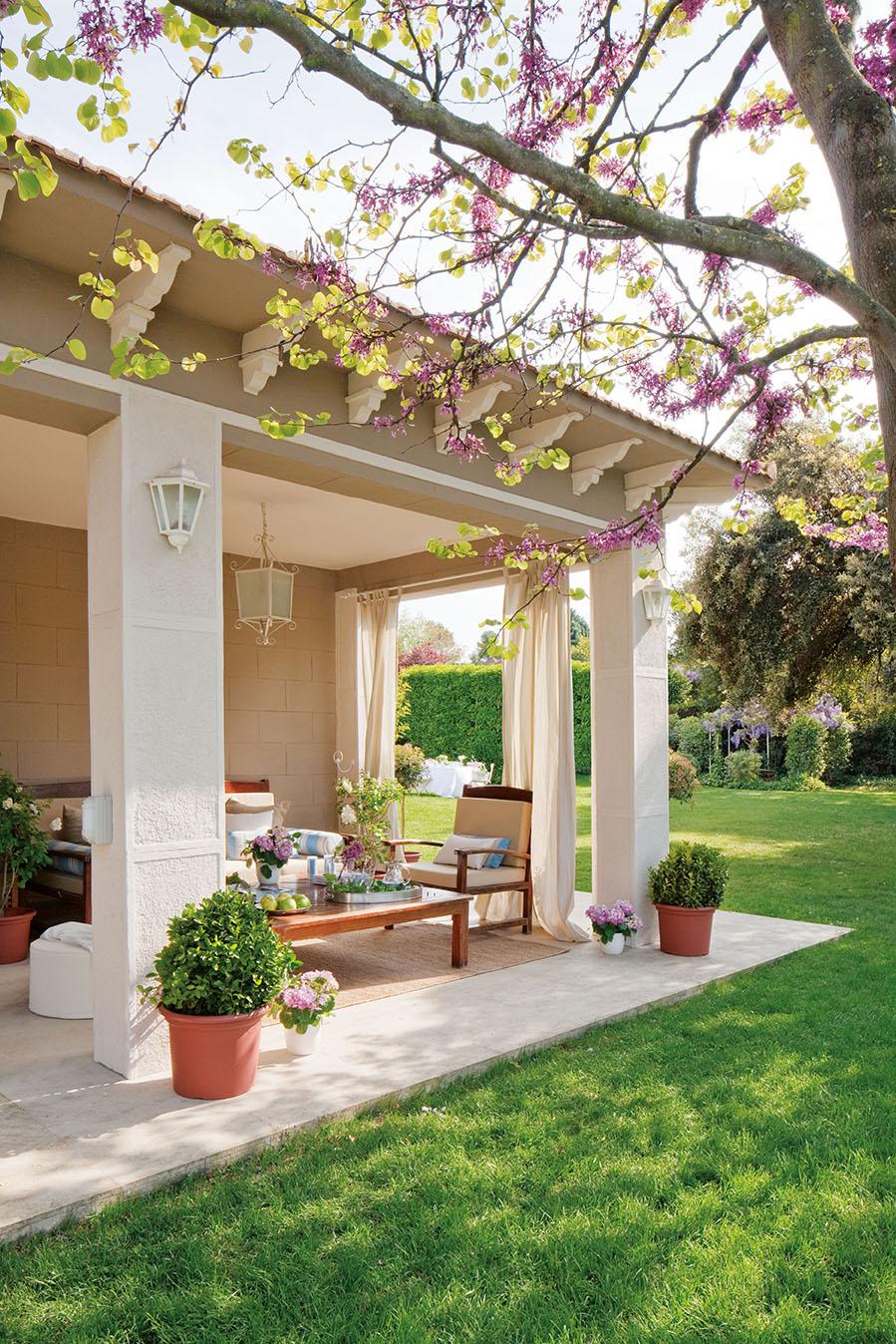 Un casa reformada llena de armon a - Casas pequenas con porche y jardin ...