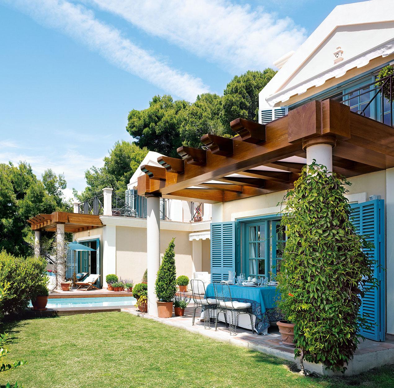 Una casa azul y blanca en la costa del sol for Casas modernas rusticas
