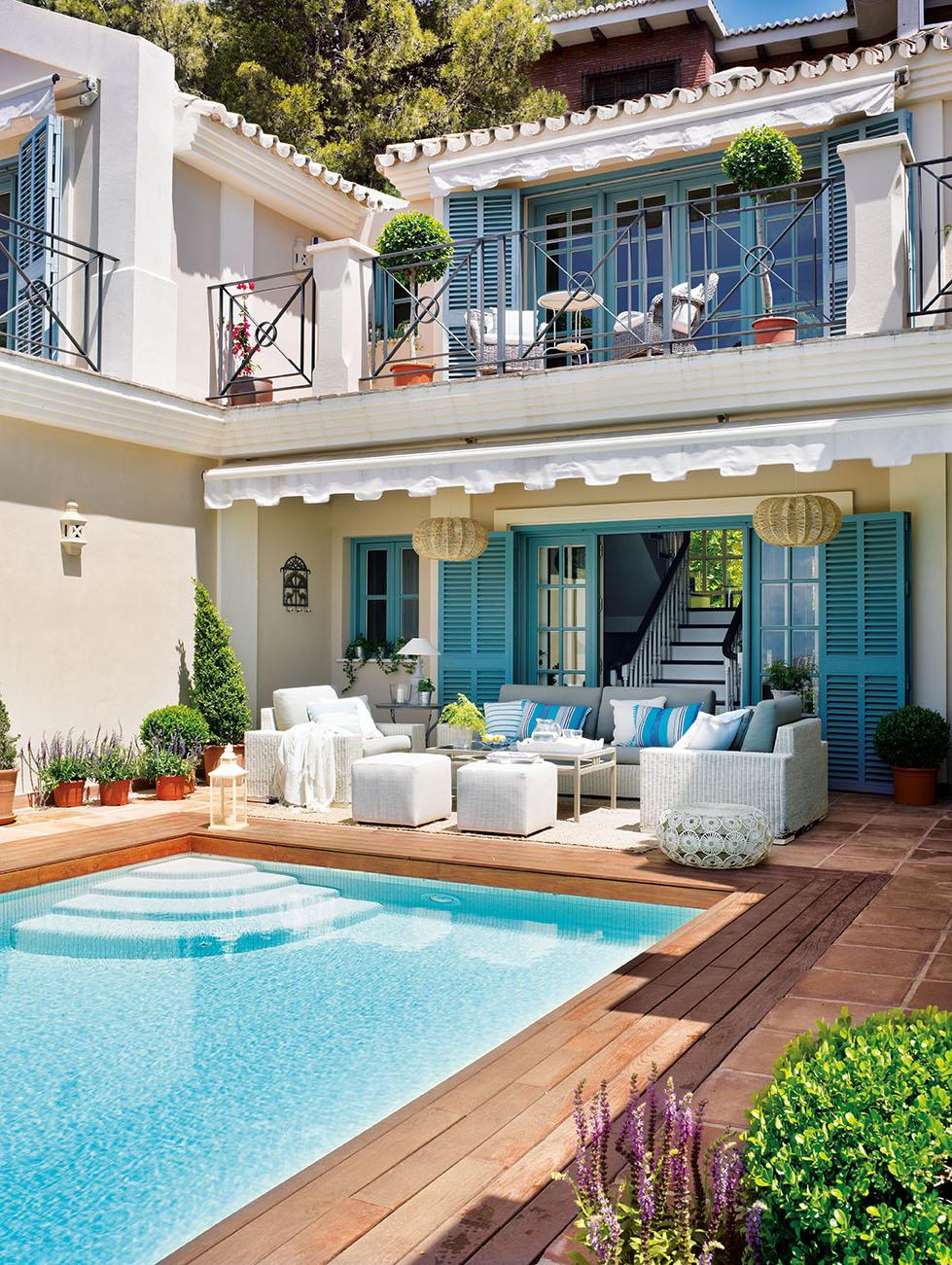 00320809. Entrada de la casa con piscina y balcón decorada en azul y blanco_00320809