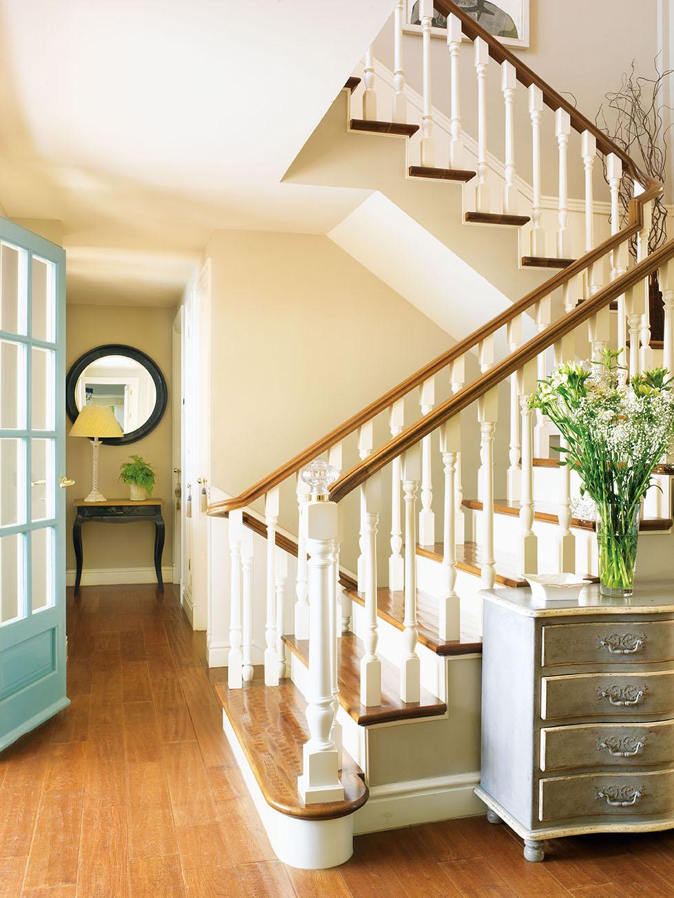 00320811. Recibidor con una escalera blanca y de madera_00320811