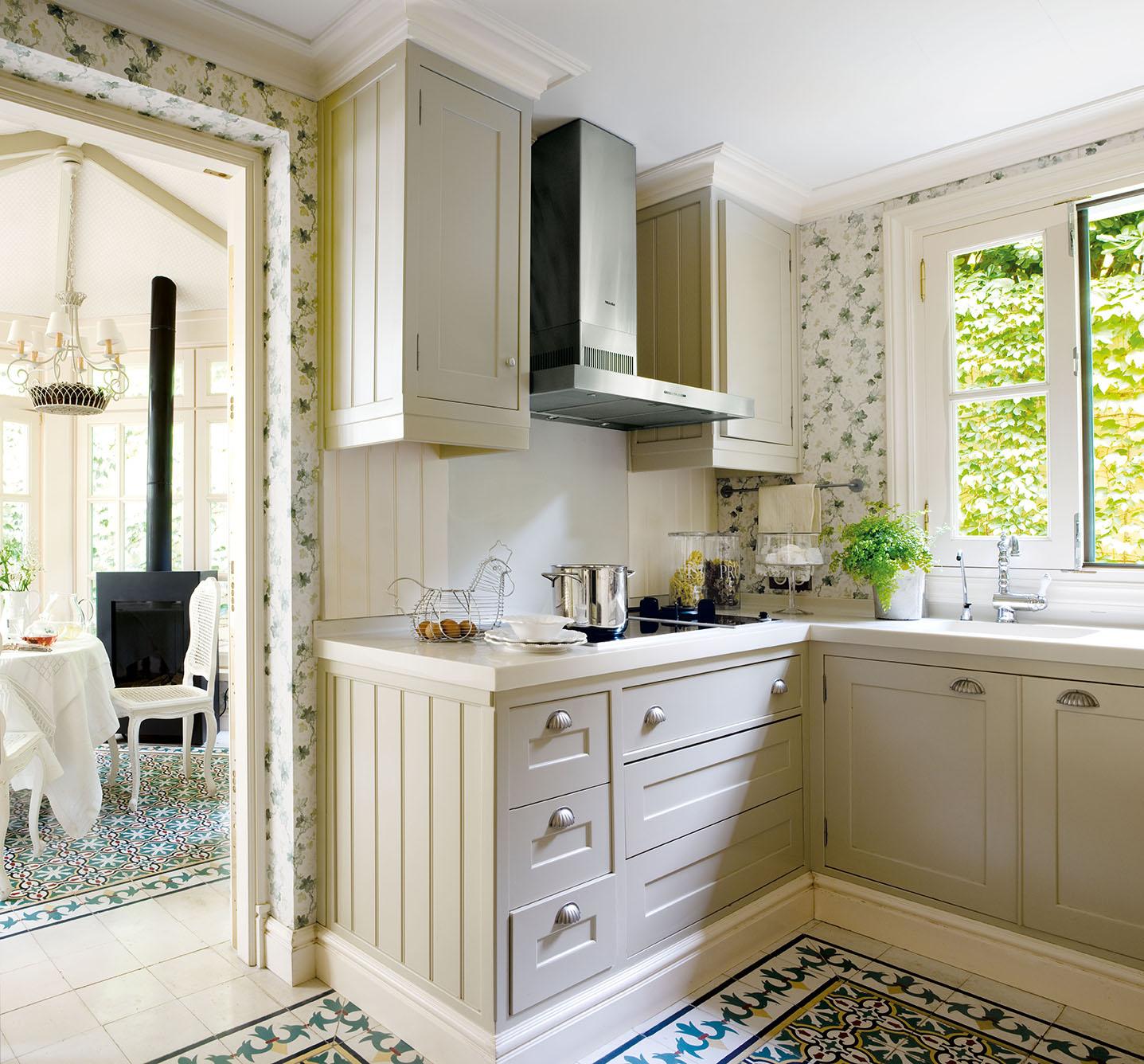 00320817. Cocina con mobiliario de pino en tonos claros y baldosas de varios colores_00320817