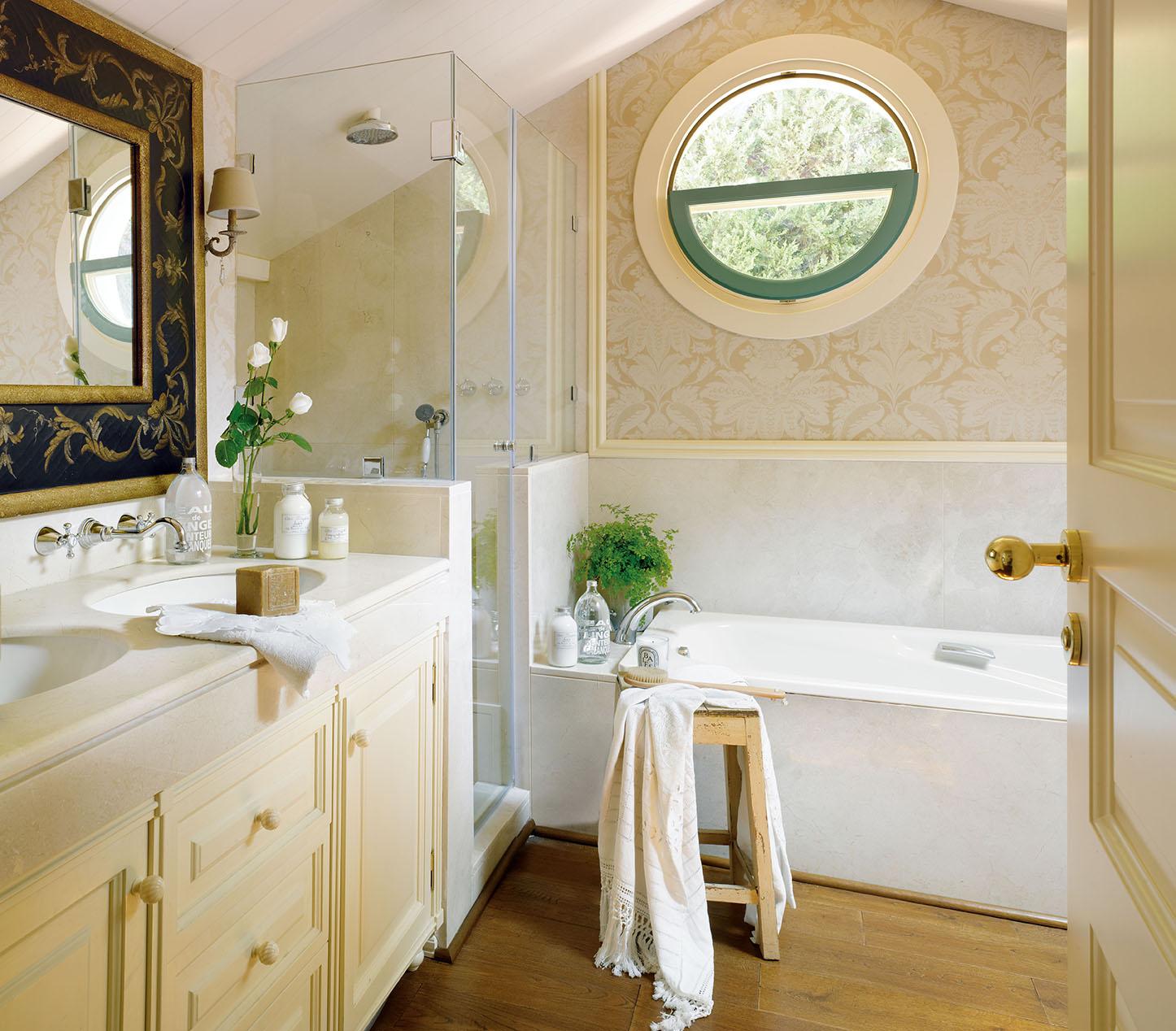 00320819. Pequeño baño de la casa con ducha y bañera_00320819