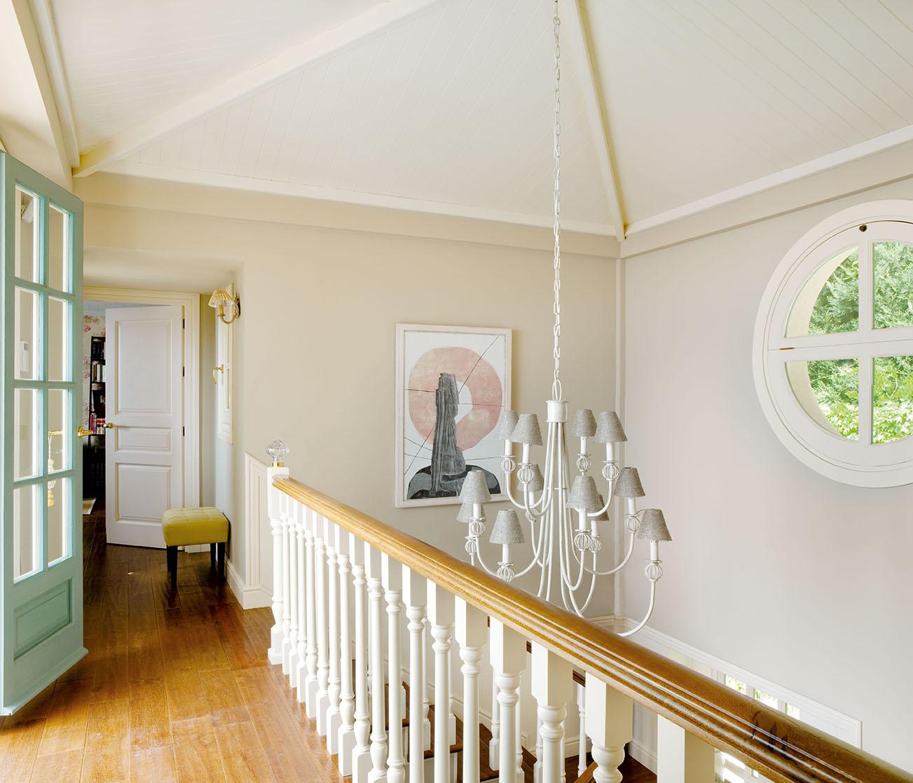 00320820. Parte superior del recibidor con una lámpara de techo gris y blanca y un cuadro_00320820