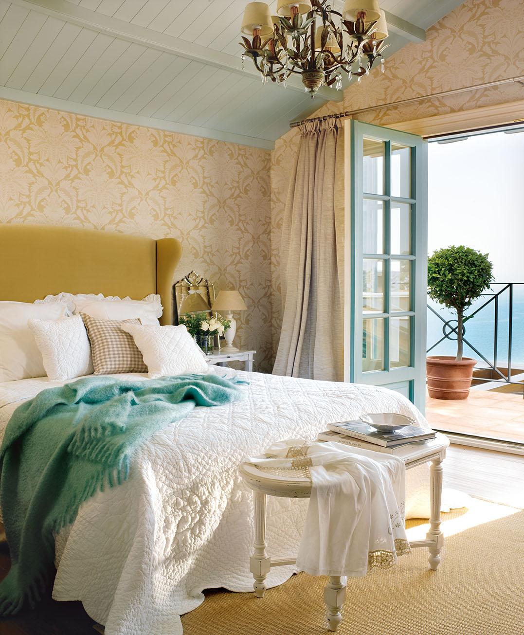 00320821. Amplio dormitorio principal con un cabecero color mostaza y vistas al jardín a través de un balcón_00320821