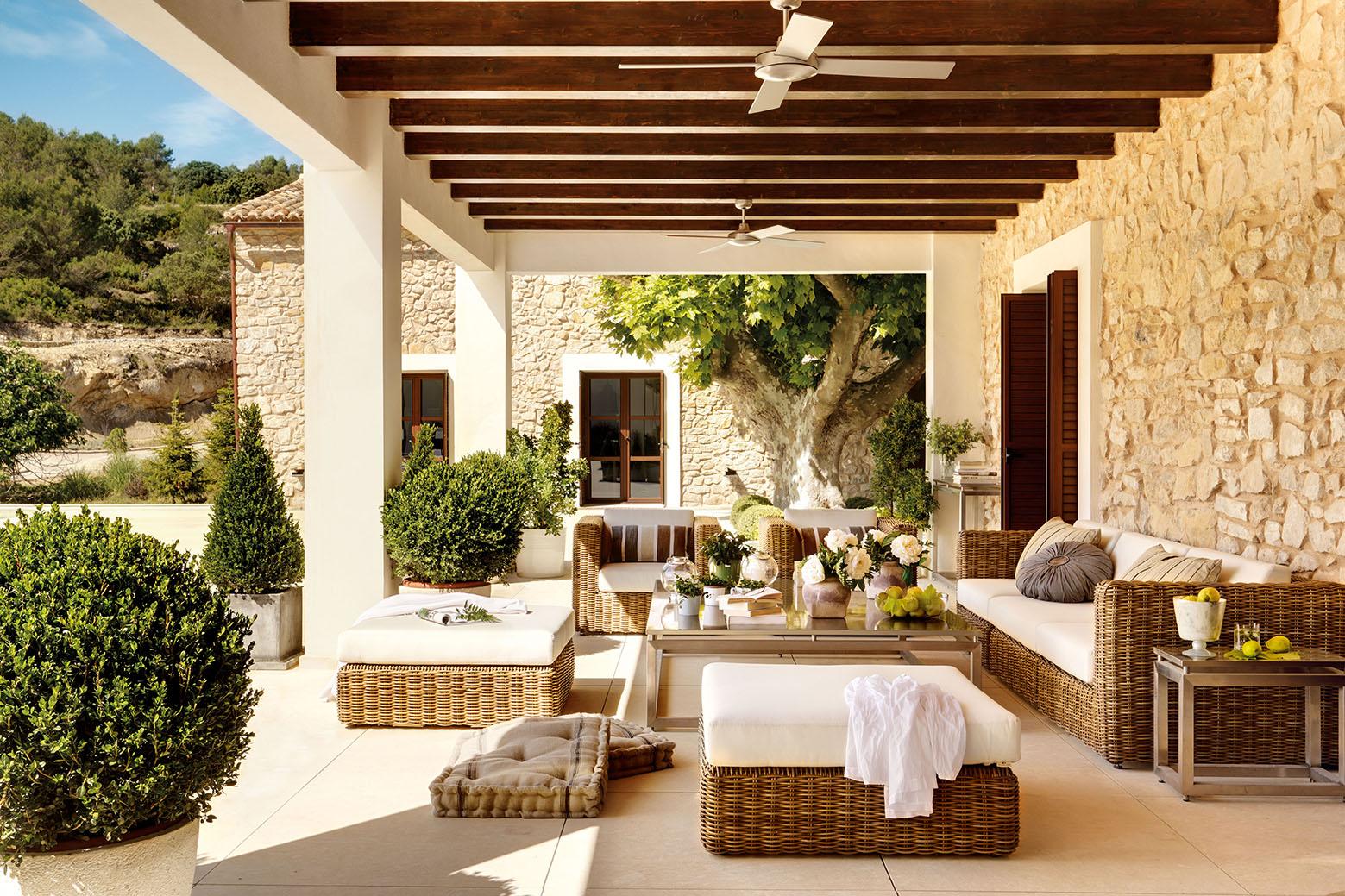 Fotos de una casa r stica por fuera y urbana por dentro for Sofas para porches