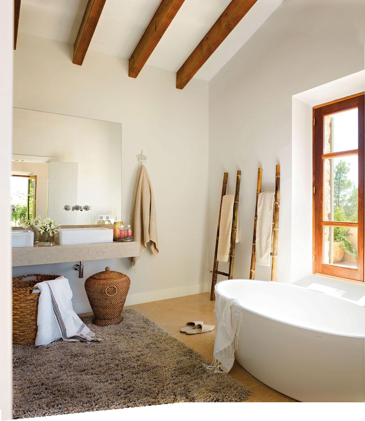 00323324. Baño con una encimera de piedra y dos lavamanos blancos_00323324