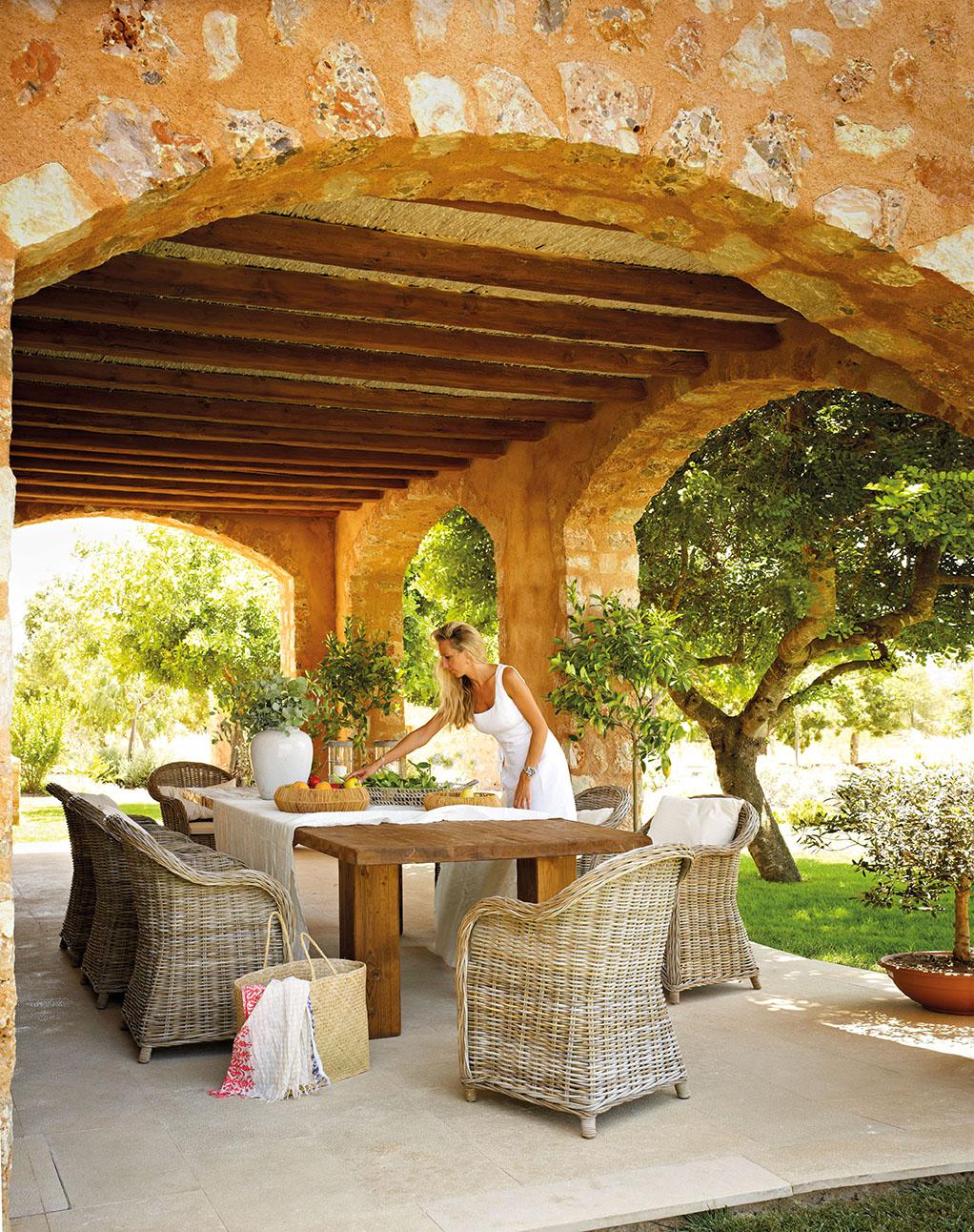 Una casa r stica nueva inspirada en las mas as tradicionales for Mesa porche