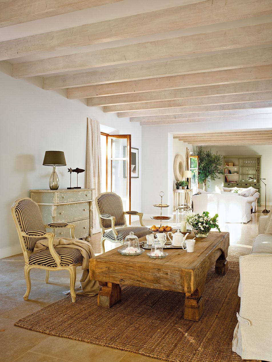 00323768. Zona de estar entre el salón y el comedor con butacas a rayas en azul oscuro y beige_00323768