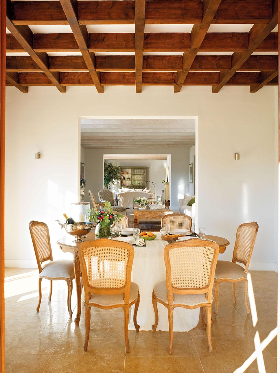 Una casa rústica nueva inspirada en las masías tradicionales