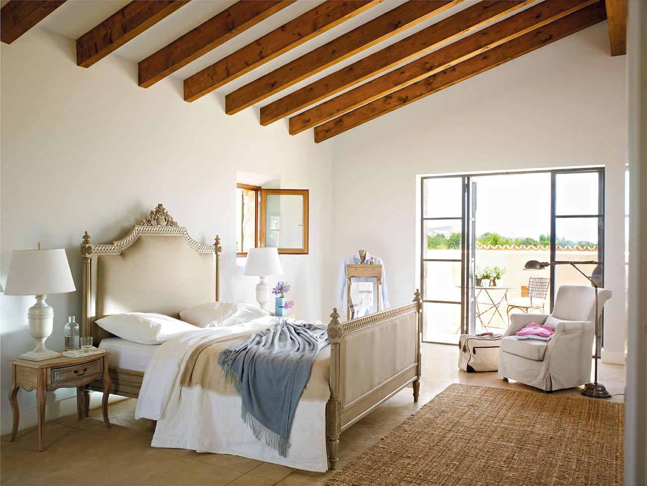 dormitorio principal con vigas de madera y mobiliario en un estilo clsico