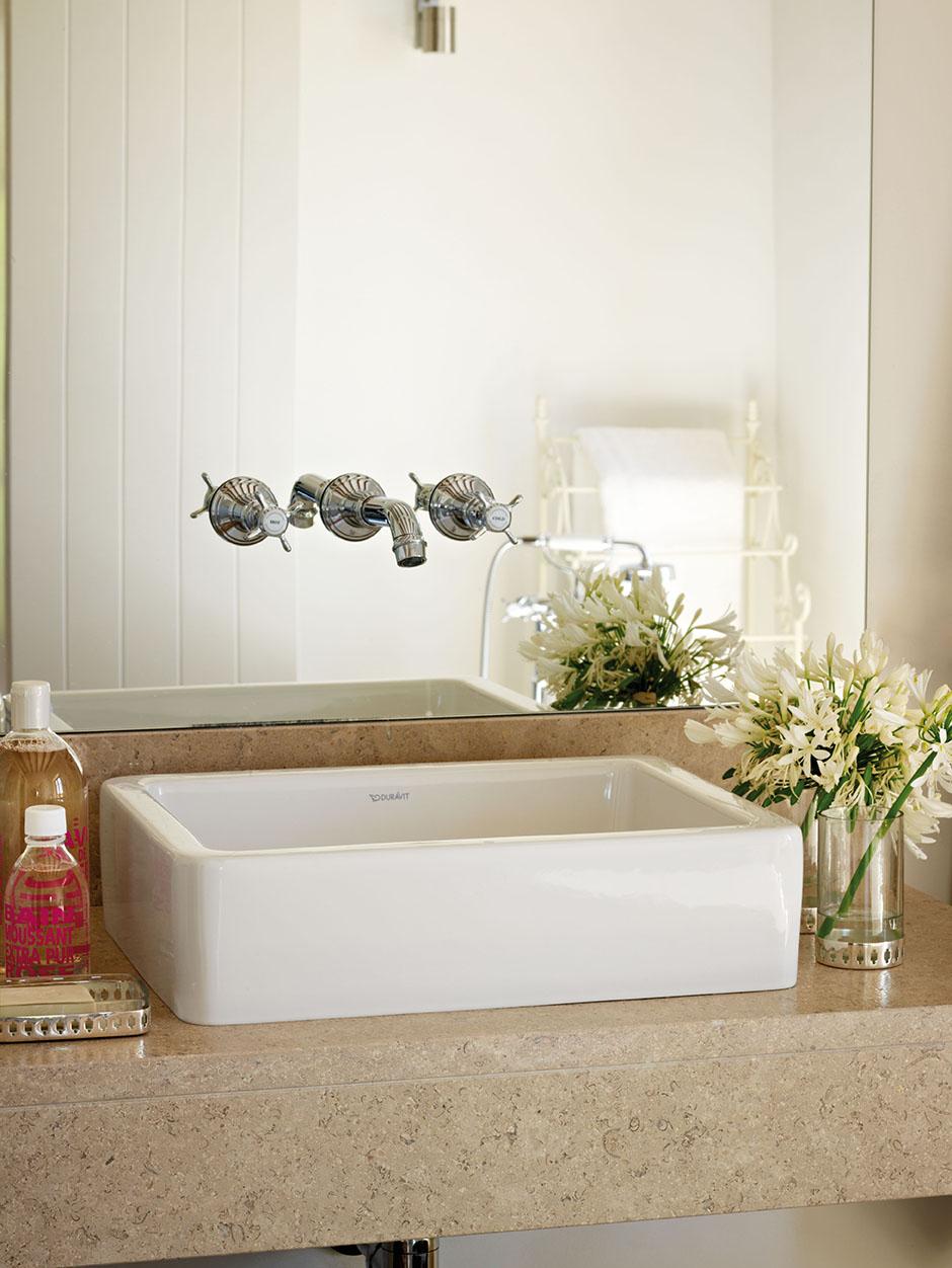 00326176. Lavamanos de cerámina blanca sobre la encimera de piedra del baño_00326176