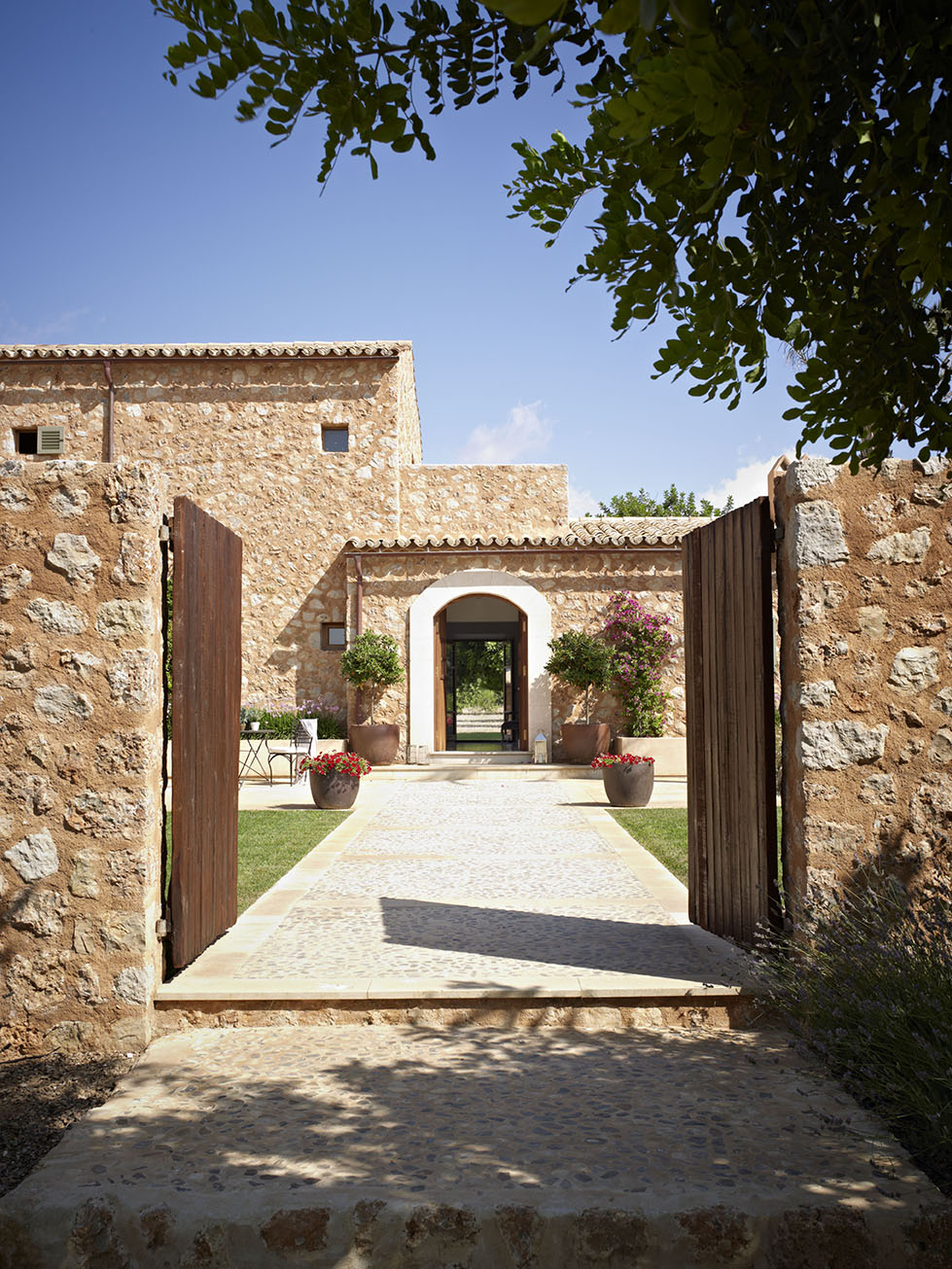 Una casa r stica nueva inspirada en las mas as tradicionales - Compro puertas antiguas ...