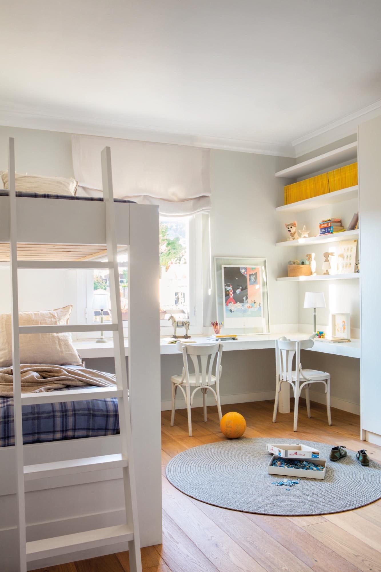 Un piso en barcelona de estructura cl sica con aires actuales - Literas con escritorio ...
