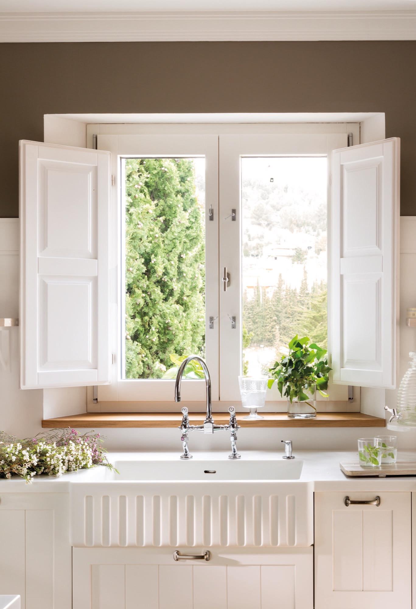 fregadero y encimera en una cocina junto a la ventana