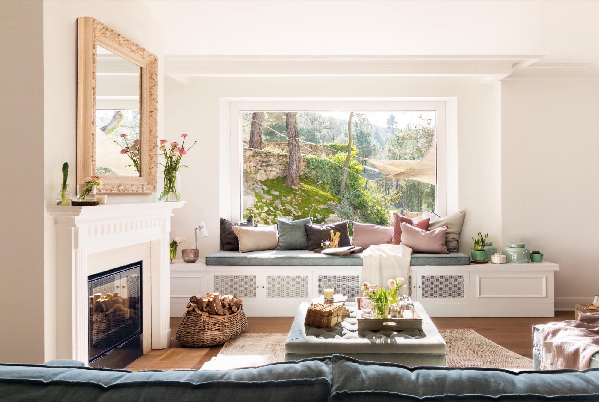 salon en colores claros con una gran ventana y vistas al jardin