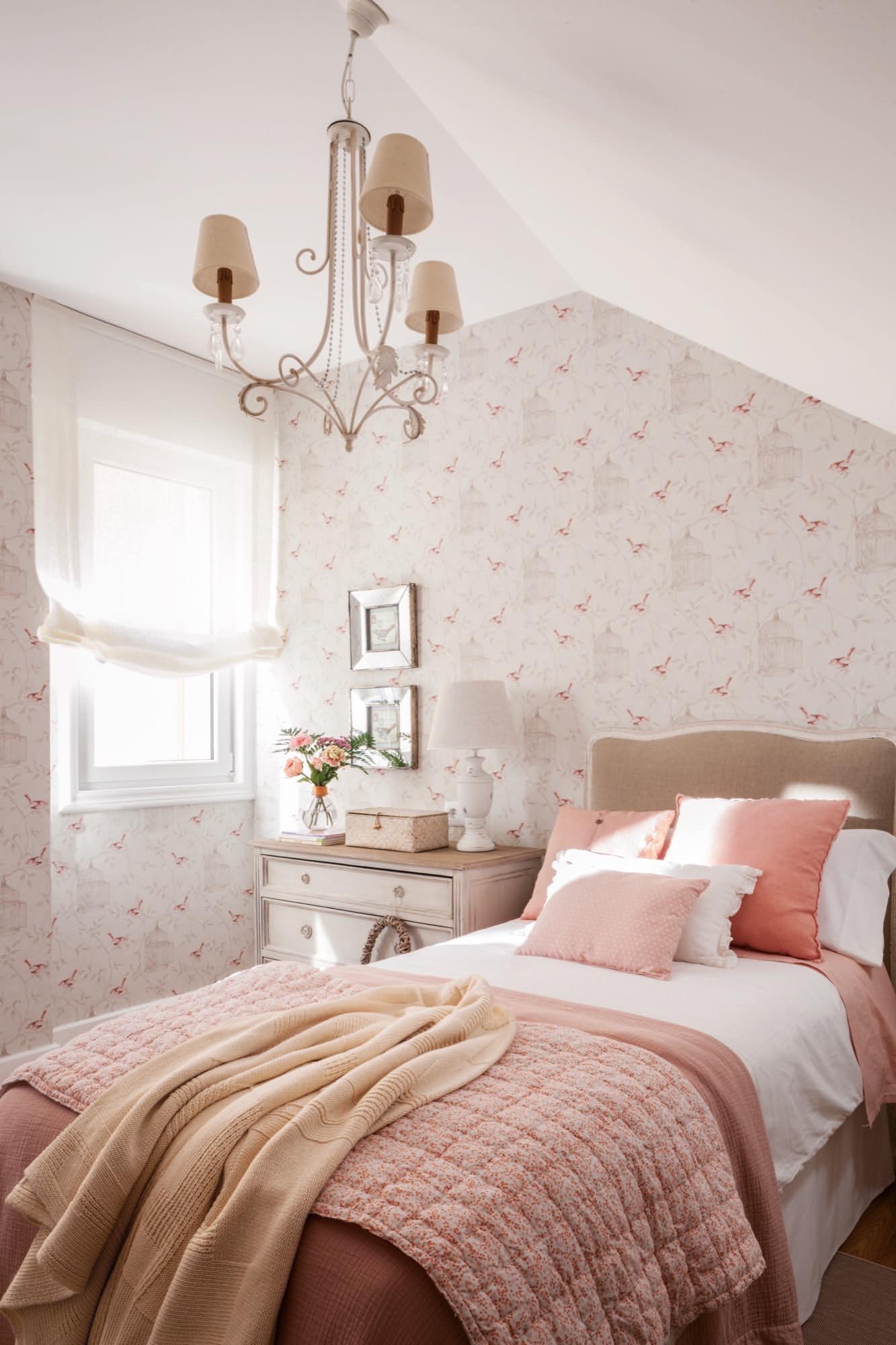 dormitorio infantil con papel pintado en rosita