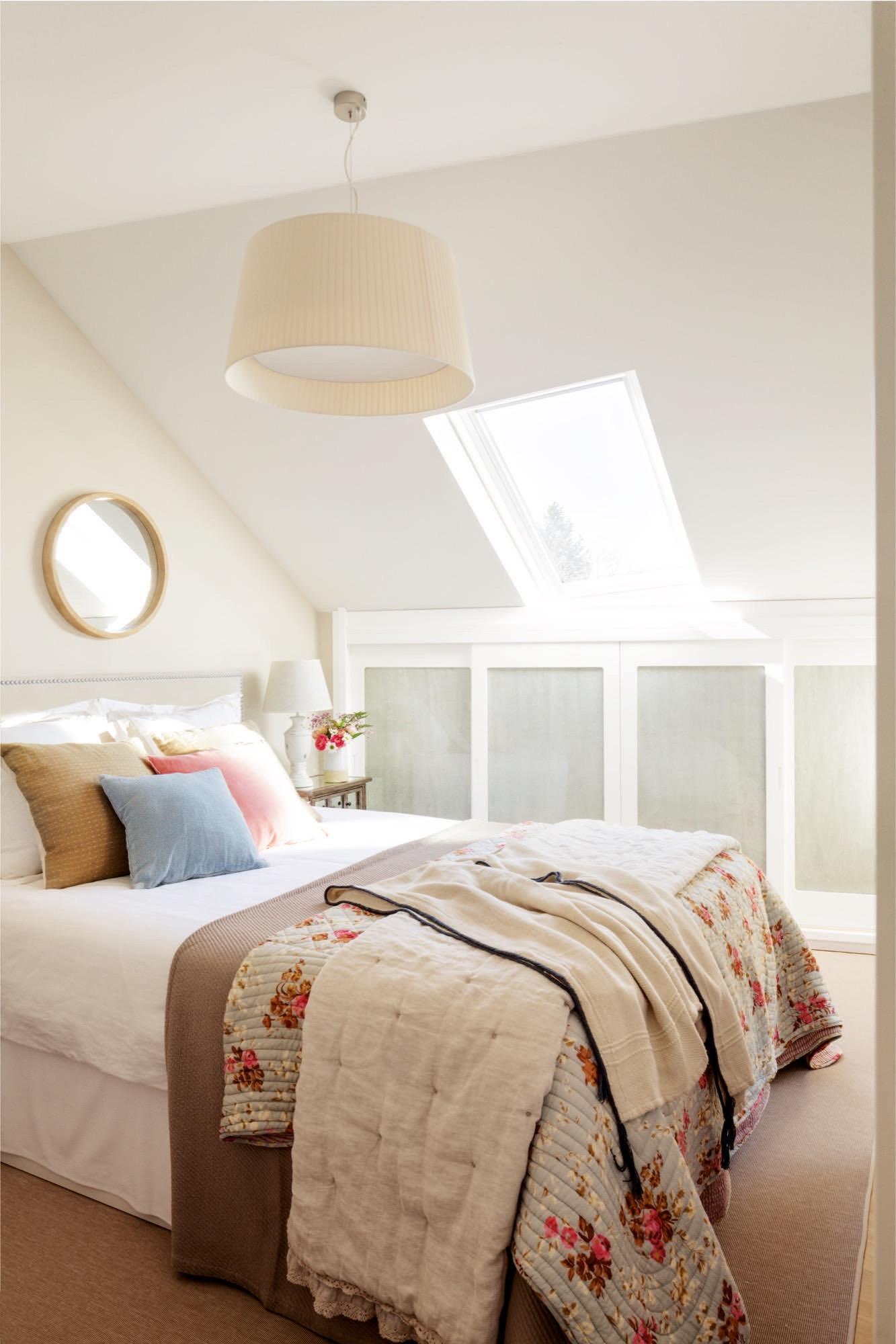 dormitorio abuhardillado con armarios a media altura