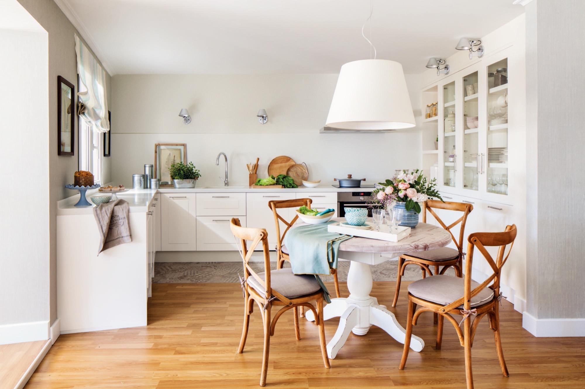 cocina abierta con un comedor de mesa redonda integrado