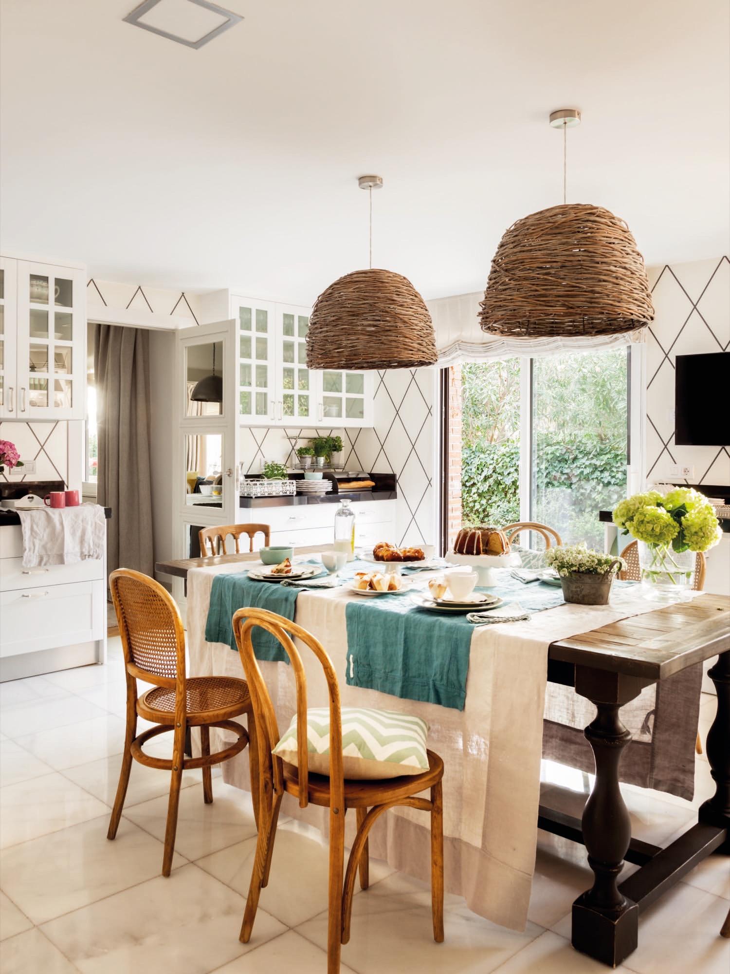 Una casa con muchos papeles pintados - Lamparas de comedor leroy merlin ...