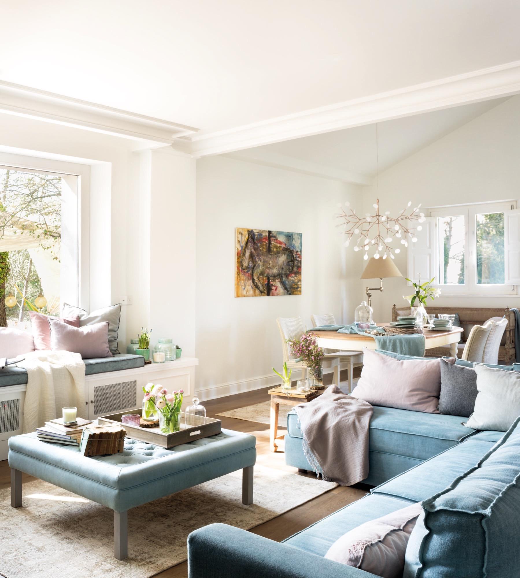 salon y comedor en tonos claros con sofa en L azul claro