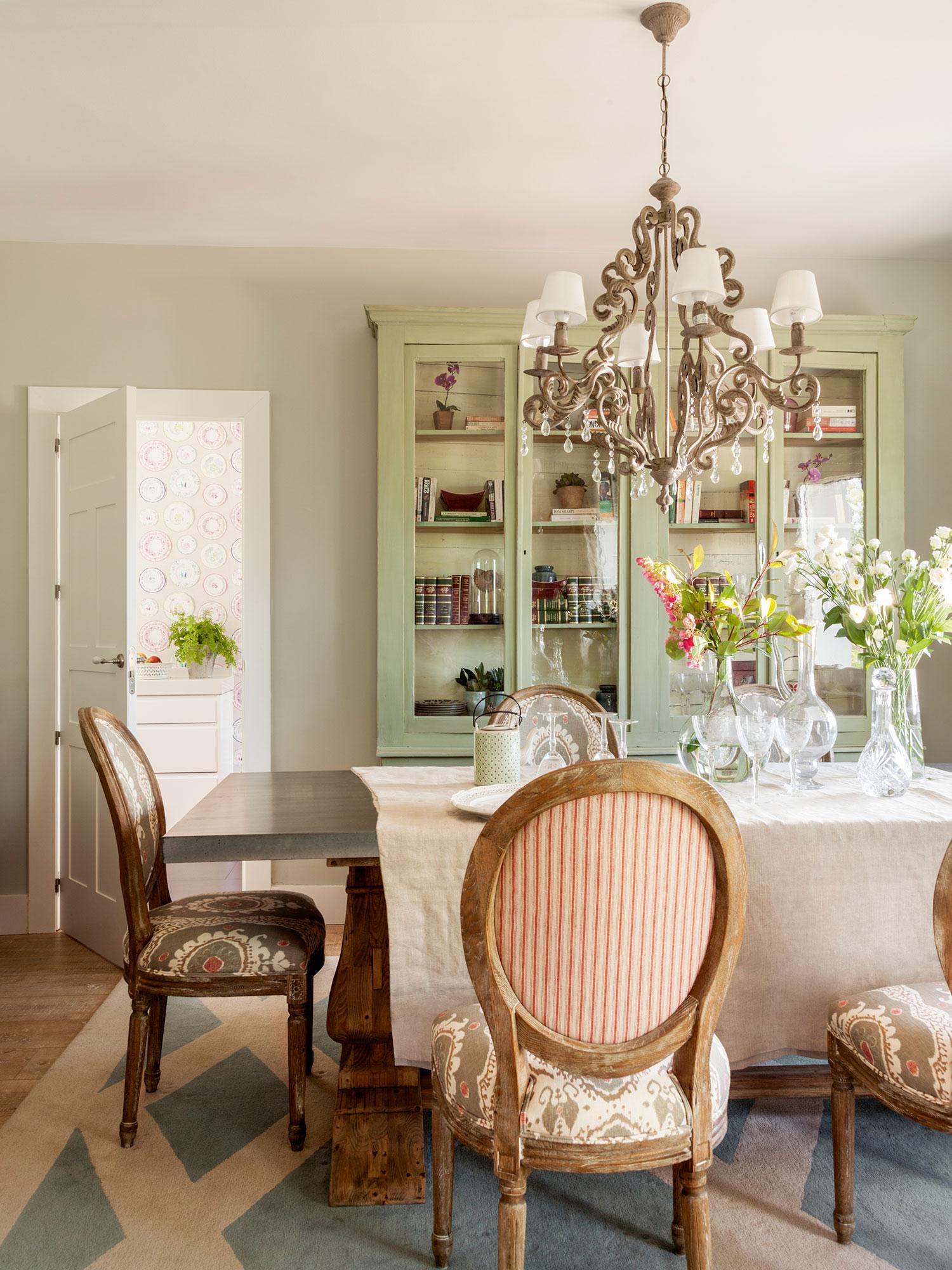Decorar con flores 12 ideas para vestir tu casa de primavera - Sillas comedor clasicas tapizadas ...