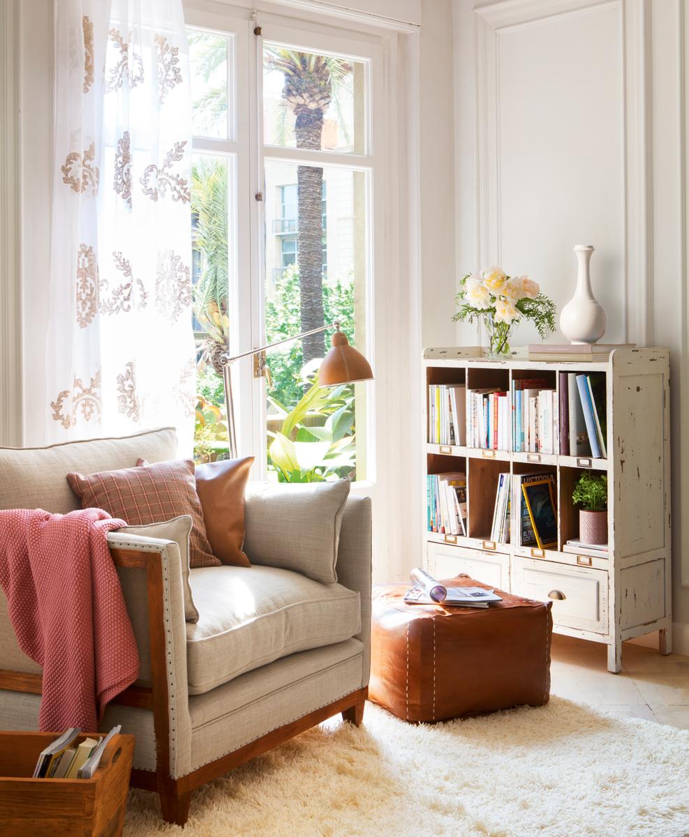 Rincón de lectura con butaca y librería_411686