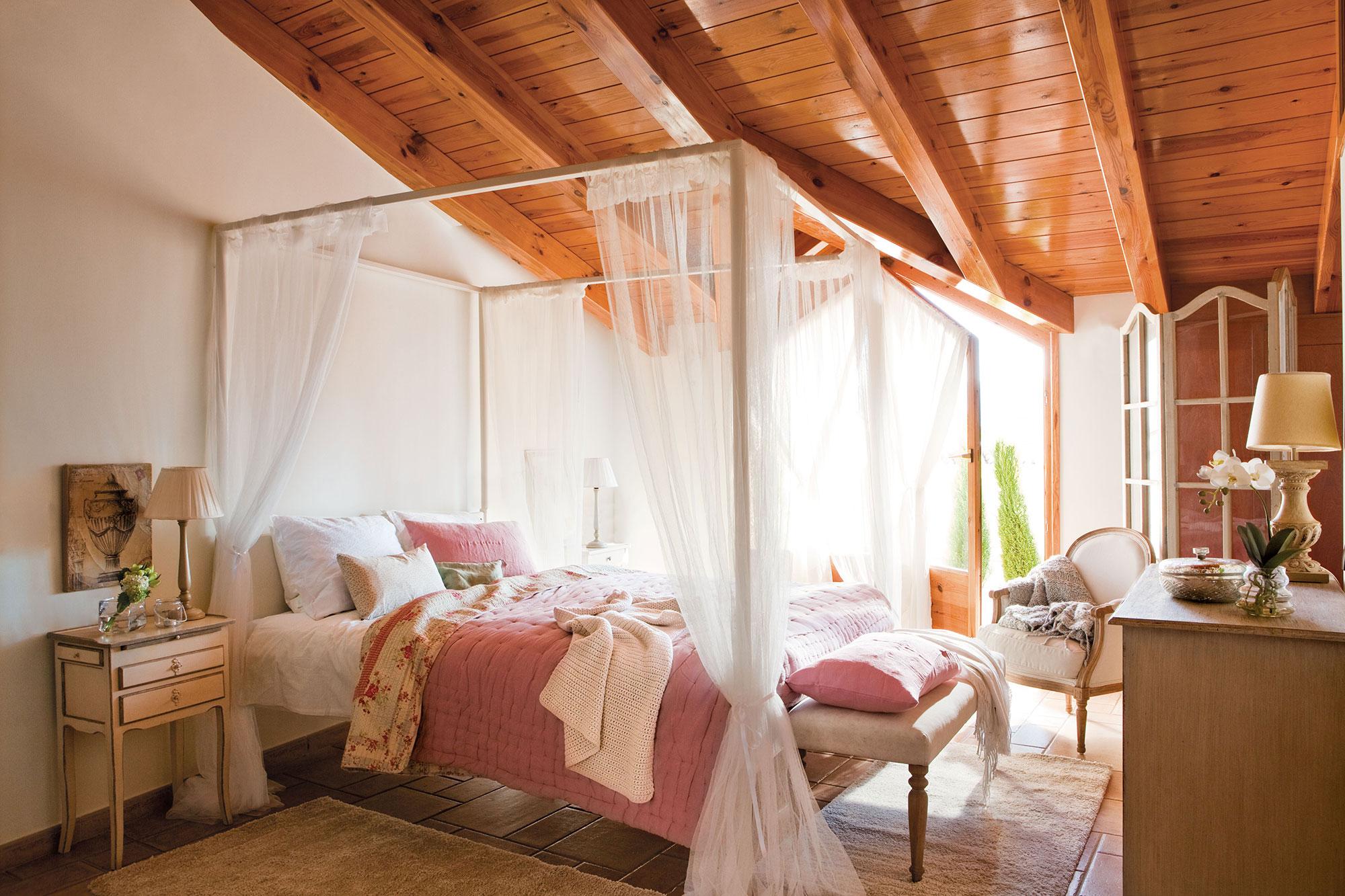 Dormitorio c mo decorarlo y aprovecharlo mejor seg n los metros - Cama dosel madera ...