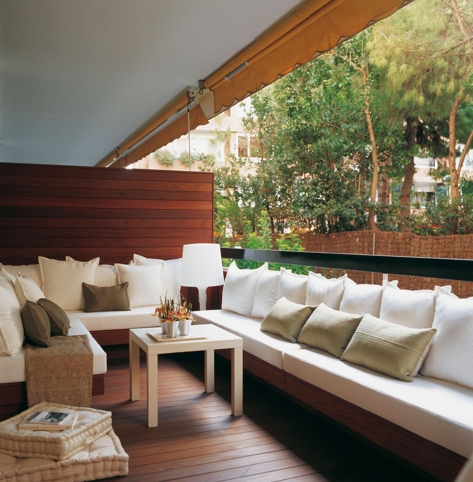 Suelos de madera natural y tarima sint tica para exterior for Sofa terraza madera