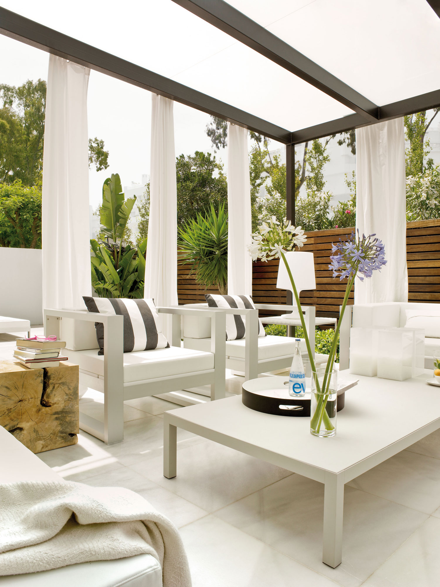 Terrazas muebles mesas e ideas para tu terraza el mueble for Cortinas para pergola 3x3