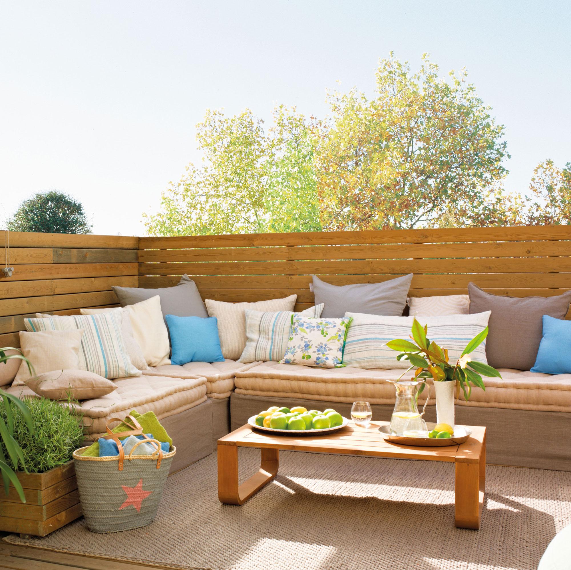 Terraza renovada y decorada con telas for Arboles para balcones y terrazas