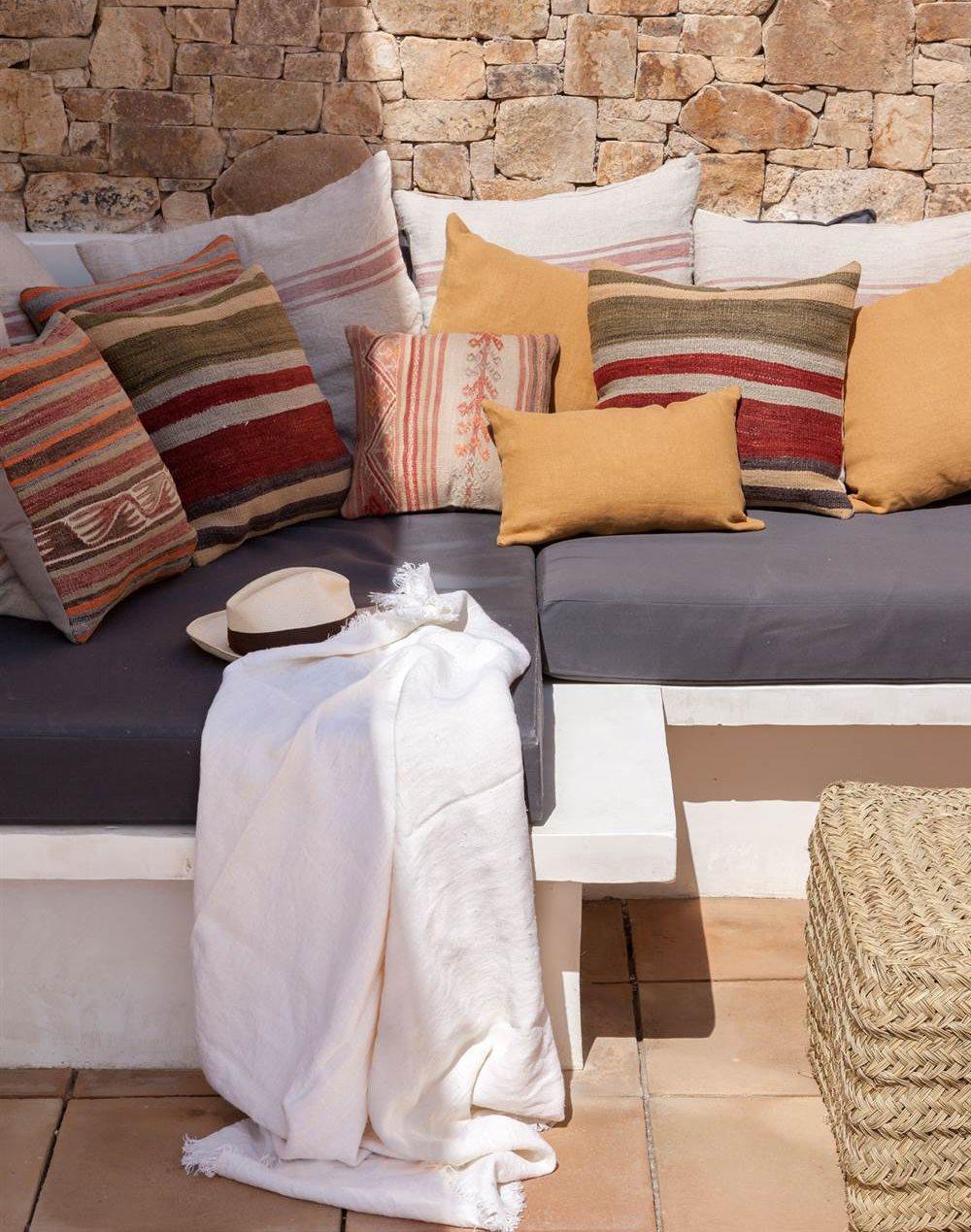 Terraza renovada y decorada con telas - Cojines para terrazas ...