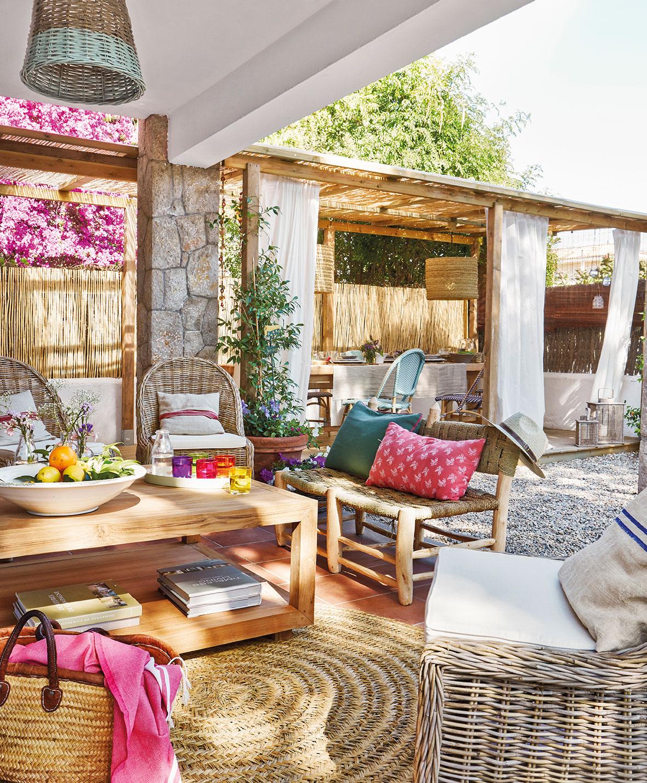 Una bonita casa con porche en sitges - Decorar porche pequeno ...