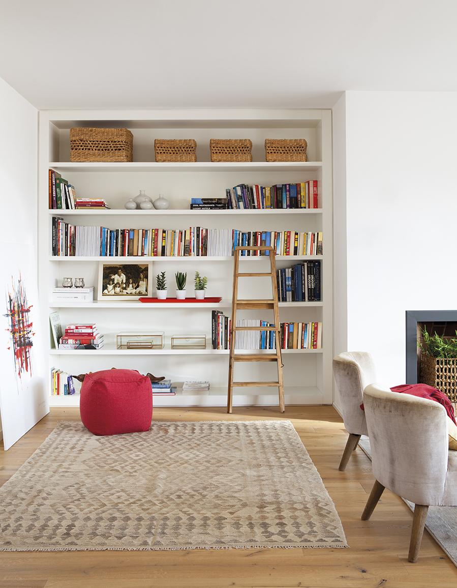 Un piso en barcelona de una familia viajera - Librerias con escalera ...