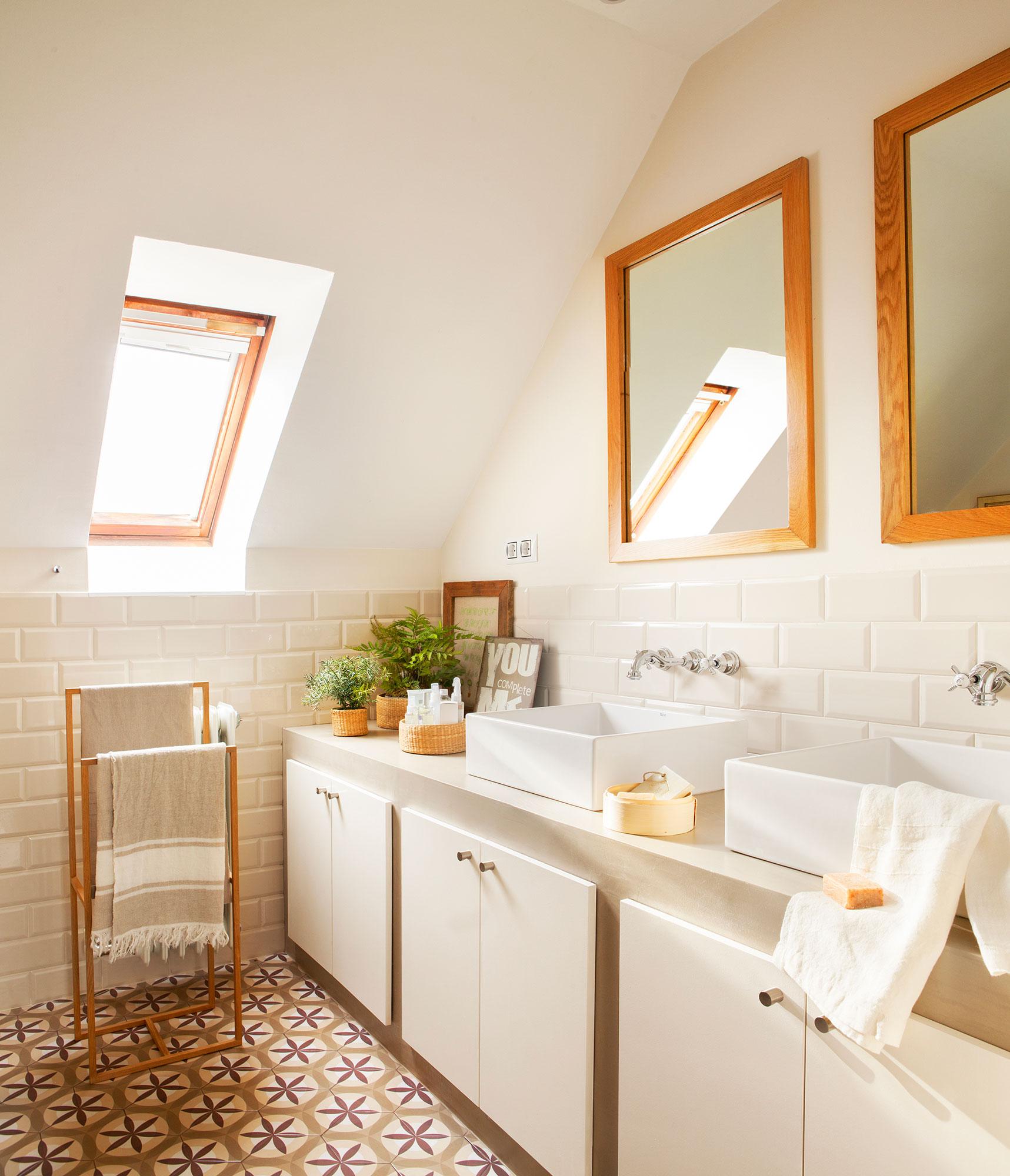 bao en blanco con dos lavamanos y mueble de obra