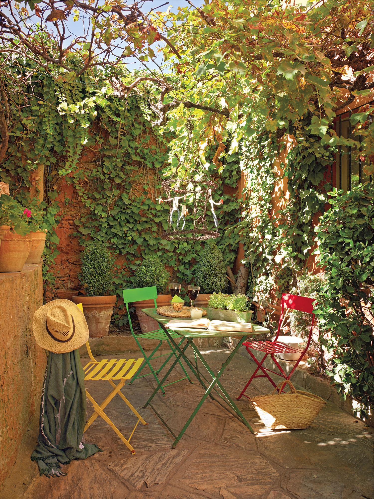 Patios y terrazas oasis de paz y tranquilidad sin salir for Mesas y sillas para patios